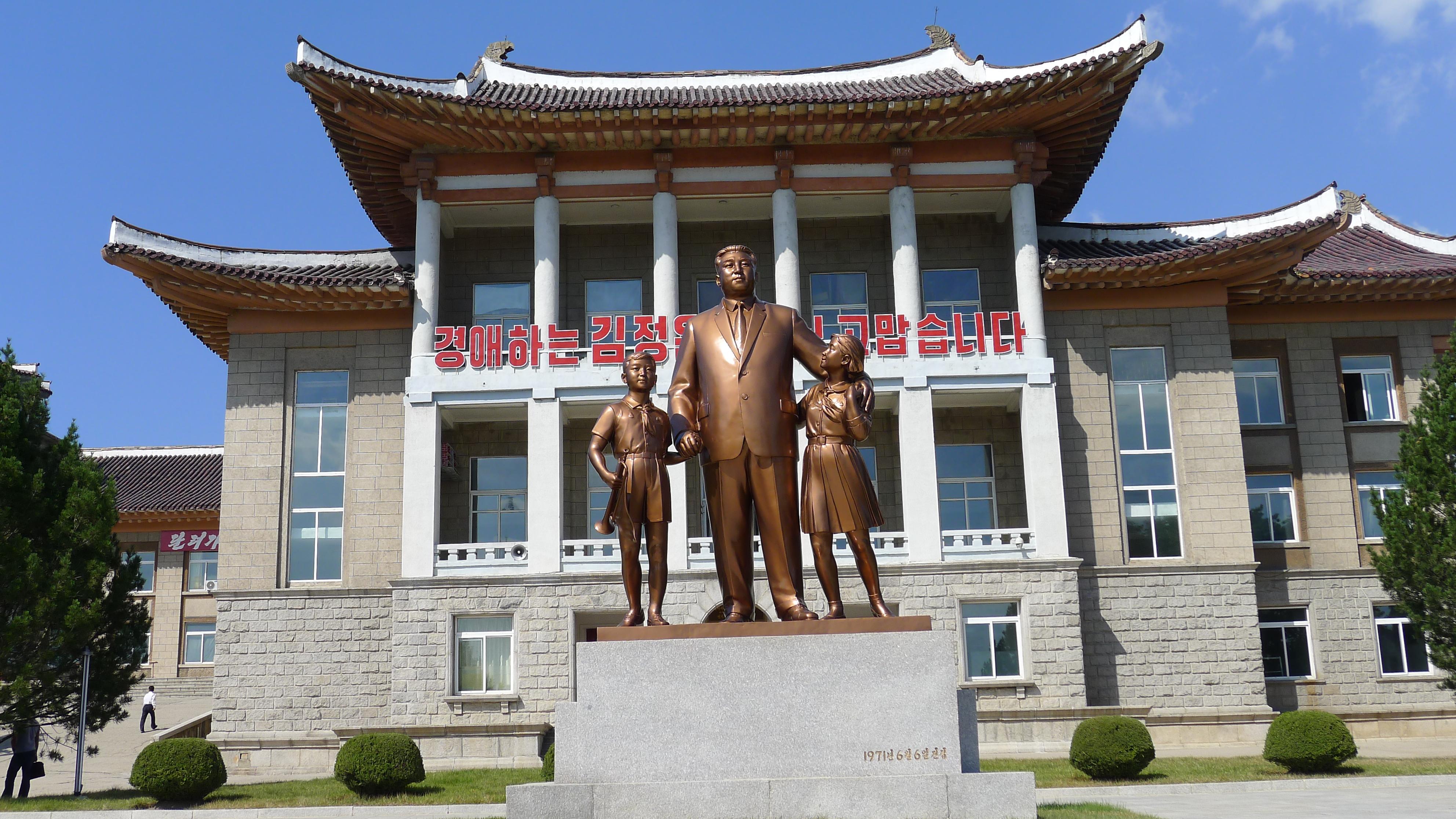 Kaesong Schoolchildren's Palace Kim Il Sung statue
